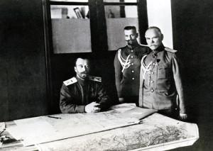 Император Николай II в Ставке с начальником штаба генералом от инфантерии М.В. Алексеевым и генерал-квартирмейстером генерал-майором М.С. Пустовойтенко.